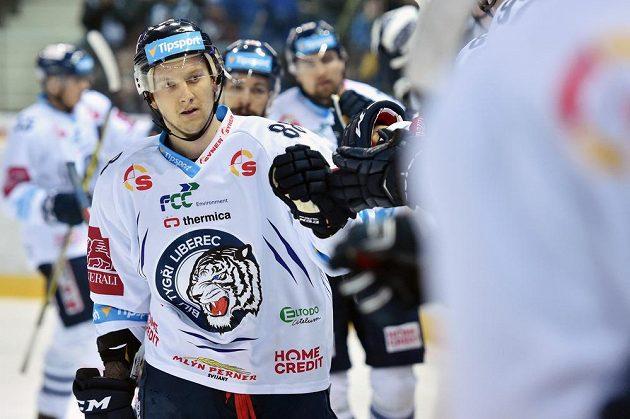 Michal Bulíř z Liberce přijímá gratulace od spoluhráčů poté, co vstřelil gól do sítě Litvínova.
