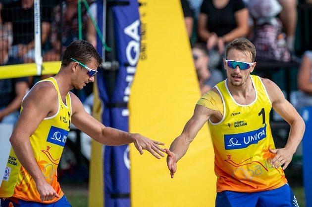 Zprava Ondřej Perušič a David Schweiner slaví titul mistrů republiky v plážovém volejbalu.