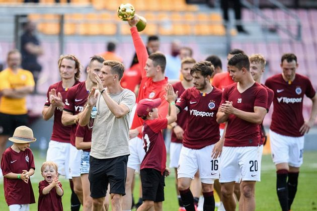 Bořek Dočkal ze Sparty Praha se spoluhráči během děkovačky s fanoušky po utkání ve skupině o titul s FK Jablonec.