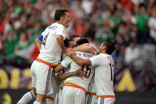 Fotbalisté Mexika se radují z vedoucího gólu proti Uruguayi.