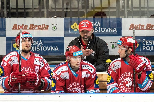 Trenér Třince Jiří Dopita udílí pokyny svým svěřencům v duelu proti Spartě v O2 Areně v Praze.