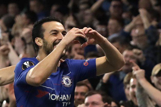 Fotbalista Chelsea Pedro a jeho gólová oslava v utkání Evropské ligy se Slavií.