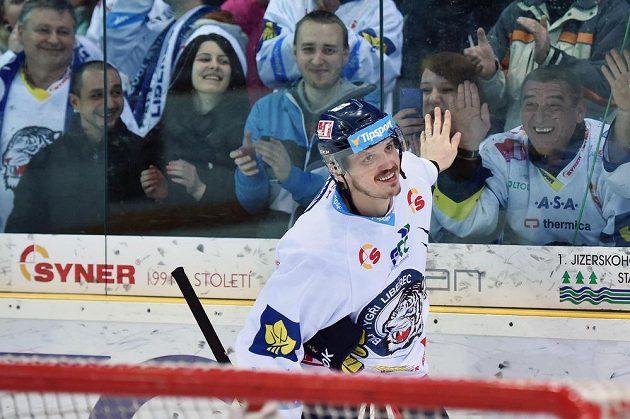 Liberecký obránce Lukáš Derner slaví s fanoušky vítězství nad Zlínem.