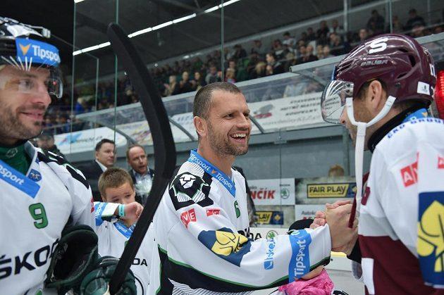 Loučící se útočník Michal Broš (uprostřed) si podává ruku se sparťanem Jaroslavem Hlinkou.