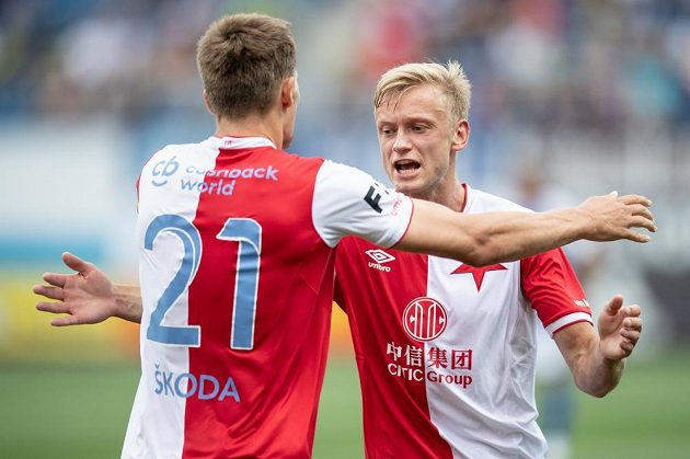 Slávisté Milan Škoda (vlevo) a Jaroslav Zelený oslavují jediný gól utkání v Mladé Boleslavi.