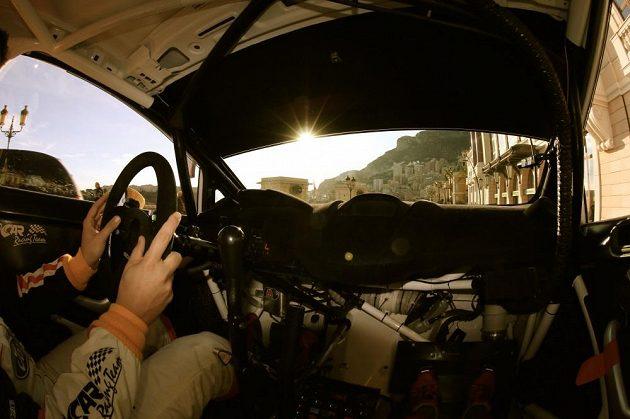 Jedinečný výhled z Fordu Fiesta WRC Martina Prokopa během testu na uzavřeném okruhu formule 1 v ulicích Monte Carla.