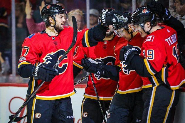 Český útočník Michael Frolík (vlevo) se sice radoval z gólu Calgary Flames v utkání se San Jose Sharks, nakonec ale Plameny prohrály 2:3.