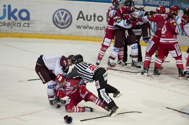 Do bitky mezi Michalem Čajkovským (vlevo) ze Sparty a útočníkem Třince Erikem Hrňou se zapojili i další hokejisté.