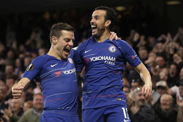 Oslava v modrém. Fotbalisté Chelsea Cesar Azpilicueta a Pedro se radují po gólu v síti Slavie v utkání Evropské ligy.