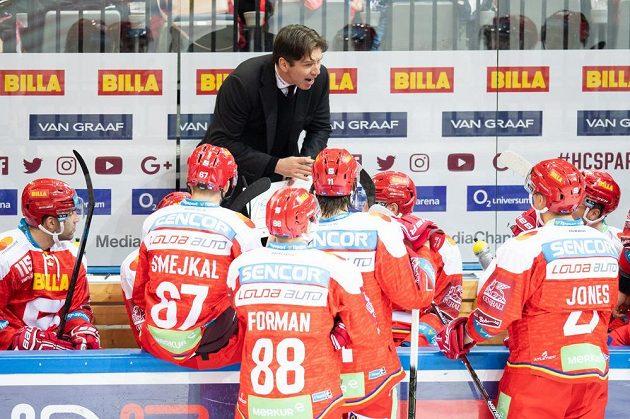 Trenér Sparty Praha Uwe Krupp uděluje pokyny během utkání Tipsport extraligy s Pardubicemi.