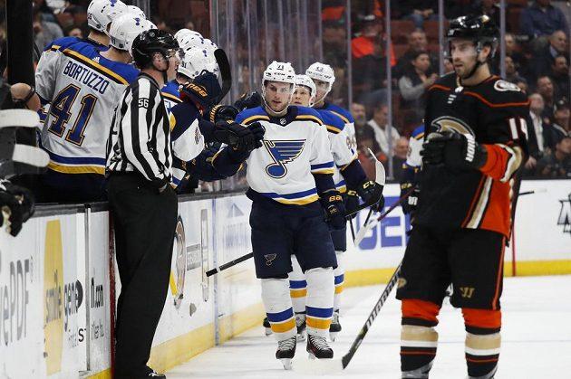 Útočník St. Louis Blues Vladimír Sobotka přijímá gratulace ke gólu proti Anaheimu.
