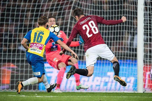Ondřej Zahustel ze Sparty nahrává na třetí gól během utkání 8.kola HET ligy. Sparta porazila Teplice 3:0.