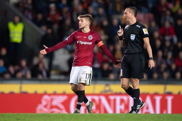 Fotbalista Martin Frýdek ze Sparty Praha se diví během utkání se Sigmou, rozhodčí Petr Ardeleanu vše pečlivě sleduje.