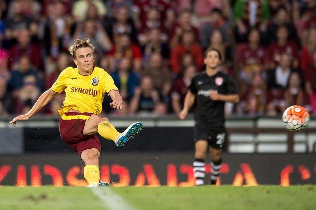 Sparťanský záložník Bořek Dočkal střílí druhý gól do sítě Thunu.