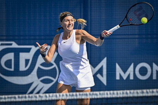 Petra Kvitová v akci na turnaji v Praze během utkání proti Rebecce Šramkové ze Slovenska.