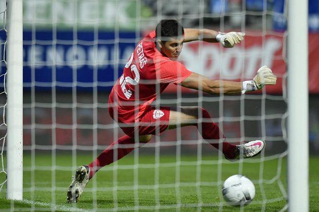 Brankář Žiliny Samuel Petráš dostává první gól.