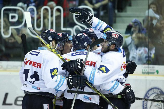 Hokejisté Liberce se radují z branky proti Hradci Králové.