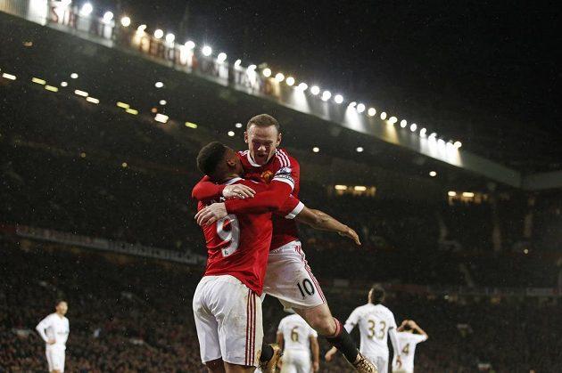 Útočník Manchesteru United Wayne Rooney (vpravo) a jeho spoluhráč Anthony Martial se radují z gólu proti Swansea.
