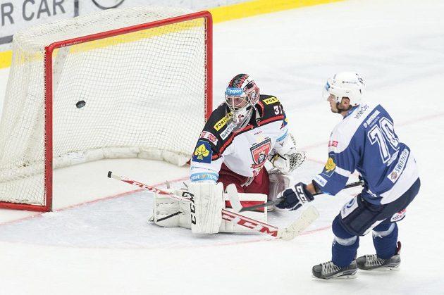 První extraligový zápas a hned gól! Plzeňský Richard Kristl překonává gólmana Hradce Adama Svobodu.