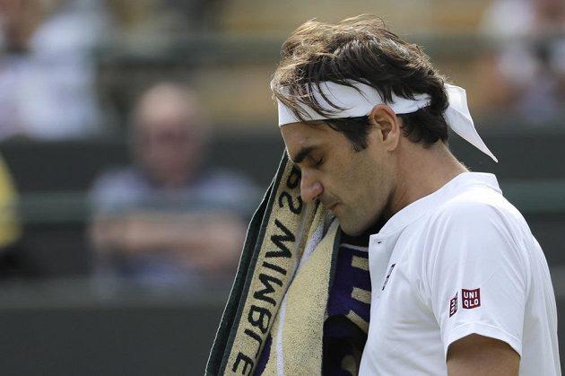 Legendární švýcarský tenista Roger Federer své vítězství ve Wimbledonu nezopakuje. Prohrál ve čtvrtfinále.