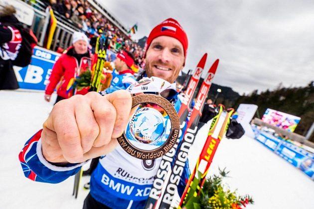 Český biatlonista Michal Šlesingr pózuje s bronzovou medailí.