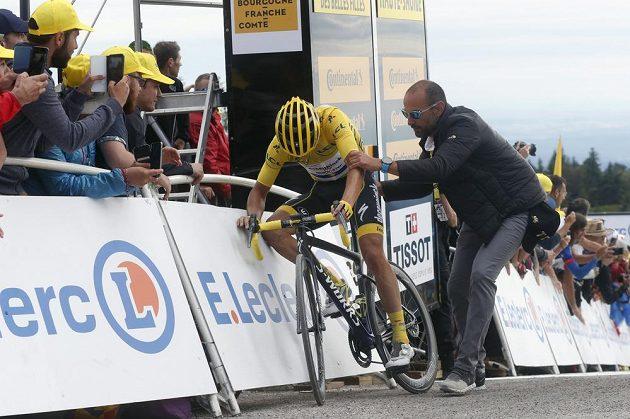 Vyčerpaný Julian Alaphilippe z Francie ještě ve žlutém v cíli šesté etapy Tour.