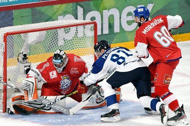 Finský hokejista Harri Pesonen (uprostřed) bráněný Michalem Moravčíkem se snaží překonat českého brankáře Marka Langhammera.