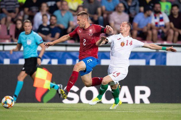 Český obránce Pavel Kadeřábek a Anton Nedyalkov z Bulharska během utkání kvalifikace ME 2020.