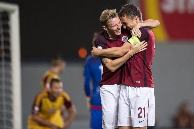 Ladislav Krejčí a David Lafata oslavují druhý gól proti Dukle.