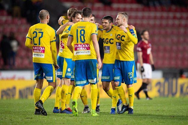 Fotbalisté Teplic oslavují vítězství 1:0 na Letné proti Spartě.