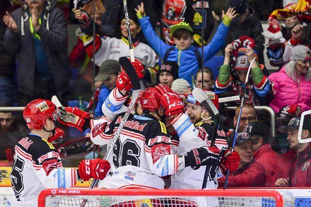 Alexandre Picard (vpravo) z Hradce Králové oslavuje se spoluhráči gól proti Litvínovu.