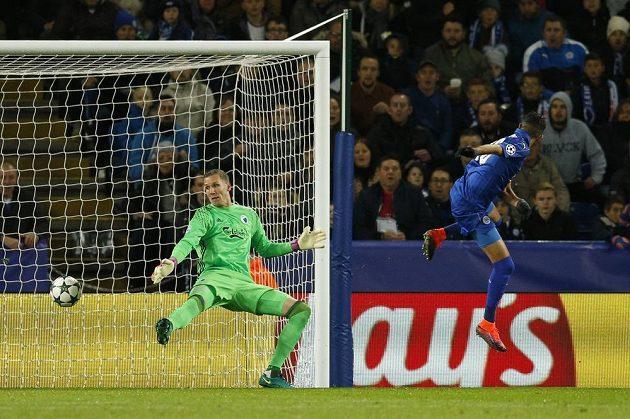 Záložník Leicesteru Rijád Mahriz (vpravo) překonává brankáře Kodaně Robina Olsena v zápase Ligy mistrů.