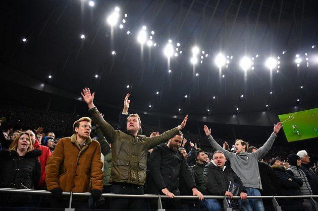 Nadšení fanoušci Tottenhamu Hotspur po výhře nad Crystal Palace v Premier League.