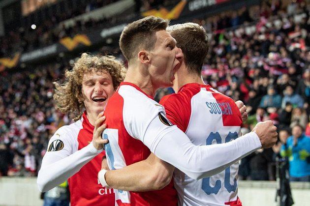 Fotbalisté Slavie Alex Král, Milan Škoda a Tomáš Souček oslavují gól