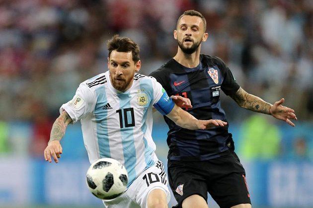 Argentinec Lionel Messi a Marcelo Brozovič z Chorvatska v duelu na MS v Rusku.