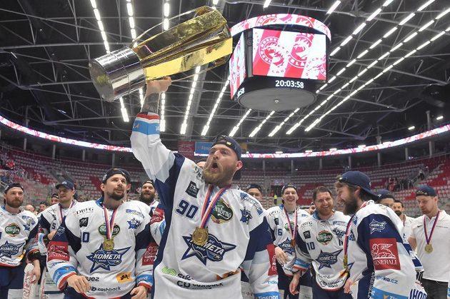 Patnáctikilový Masarykův pohár nad hlavou Martina Dočekala.