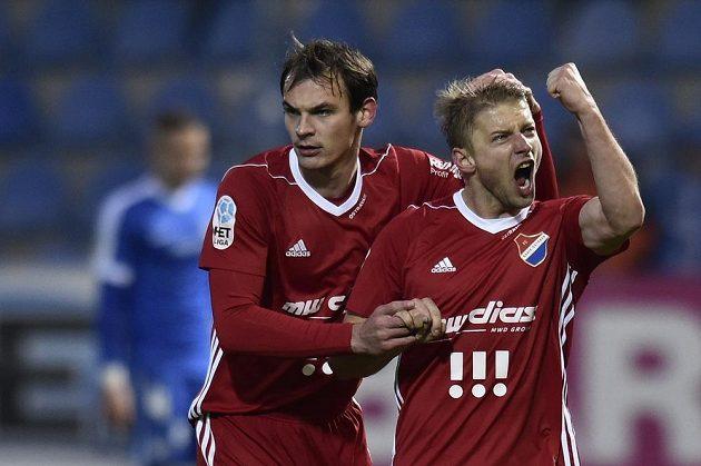 Hráči Baníku se radují z gólu - zleva Oleksandr Azackij a střelec Tomáš Mičola.