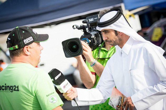 Vojtěch Štajf při rozhovoru pro místní televizi během Katarské rallye.