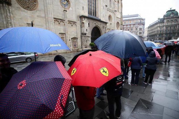 Příznivci Nikiho Laudy čekají na vstup do Svatoštěpánského dómu k poslednímu rozloučení s legendárním pilotem F1.
