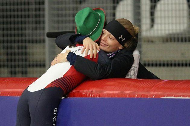Martina Sáblíková po triumfu na 3000 metrů v závodě na mistrovství světa v Inzellu s týmovou kolegyní Nikolou Zdráhalovou.
