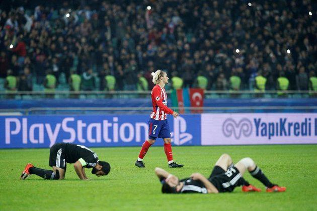 Fotbalisté Karabachu se vydali v utkání Ligy mistrů s Atlétikem Madrid ze všech sil, odměnou jim byla konečná remíza. Po závěrečném hvizdu vysílení domácí popadali na trávník, útočník Atlétika Antoine Griezmann byl zklamaný.