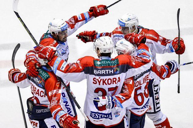 Hokejisté Pardubic oslavují druhý gól proti Zlínu.