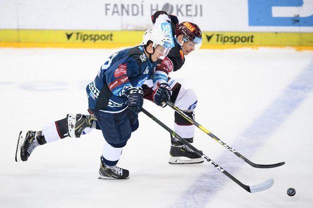 Petr Kodýtek z Plzně a Marek Ďaloga ze Sparty během utkání 1. kola Tipsport extraligy.