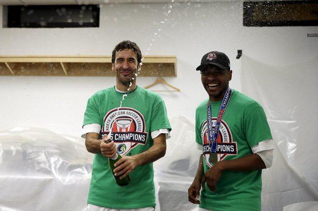 Hráči New Yorku Cosmos (zleva) Raúl González a Marcos Senna během oslav po vítězství v NASL.
