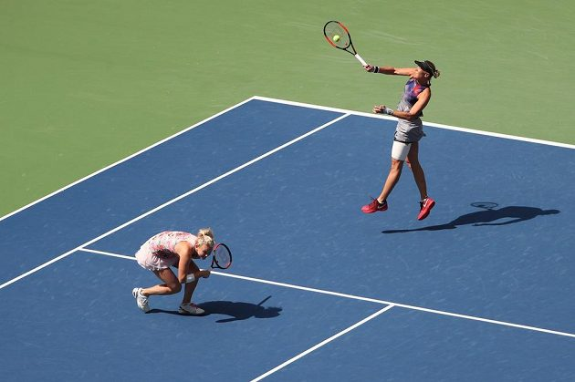Kateřina Siniaková (vpředu) s Lucií Hradeckou při finále čtyřhry na US Open.