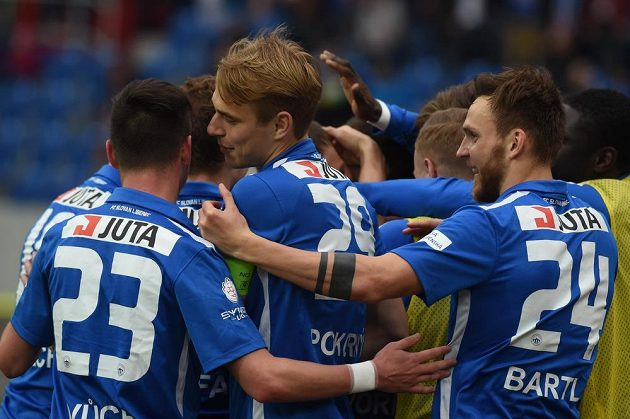 Zleva liberečtí Egon Vůch, Lukáš Pokorný a Daniel Bartl se radují po gólu v Ostravě.