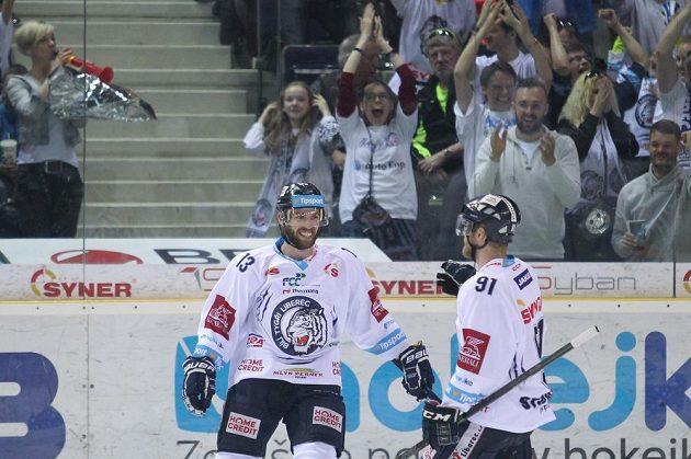 Zleva Vladimír Svačina a Jan Stránský se radují z trefy ve druhém semifinále proti Chomutovu.