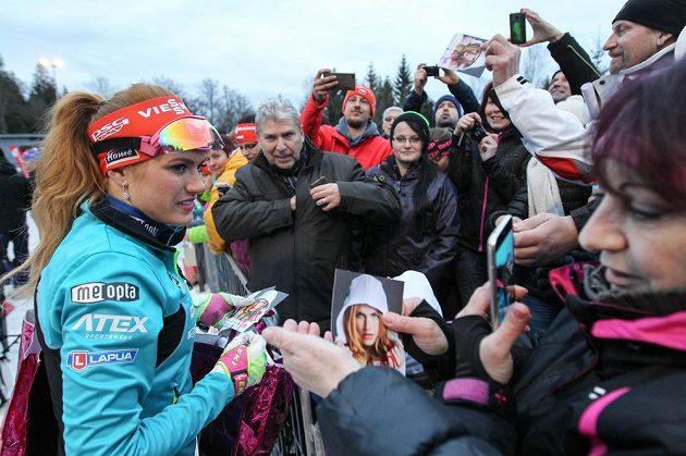 Gabriela Koukalová s fanoušky při biatlonové exhibici v Jablonci.