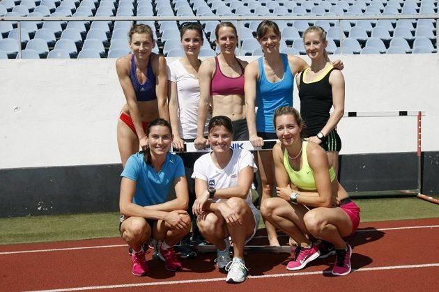Boulařka Nikola Sudová (dole uprostřed) zapózovala s atletkami na stadiónu Evžena Rošického.