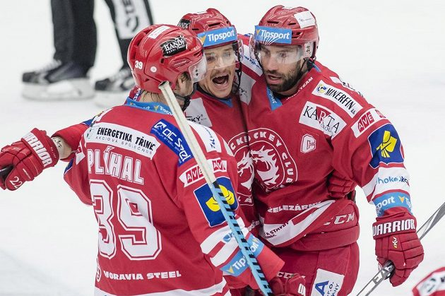 Útočník Třince Zbyněk Irgl (vpravo) se raduje se spoluhráči z gólu.